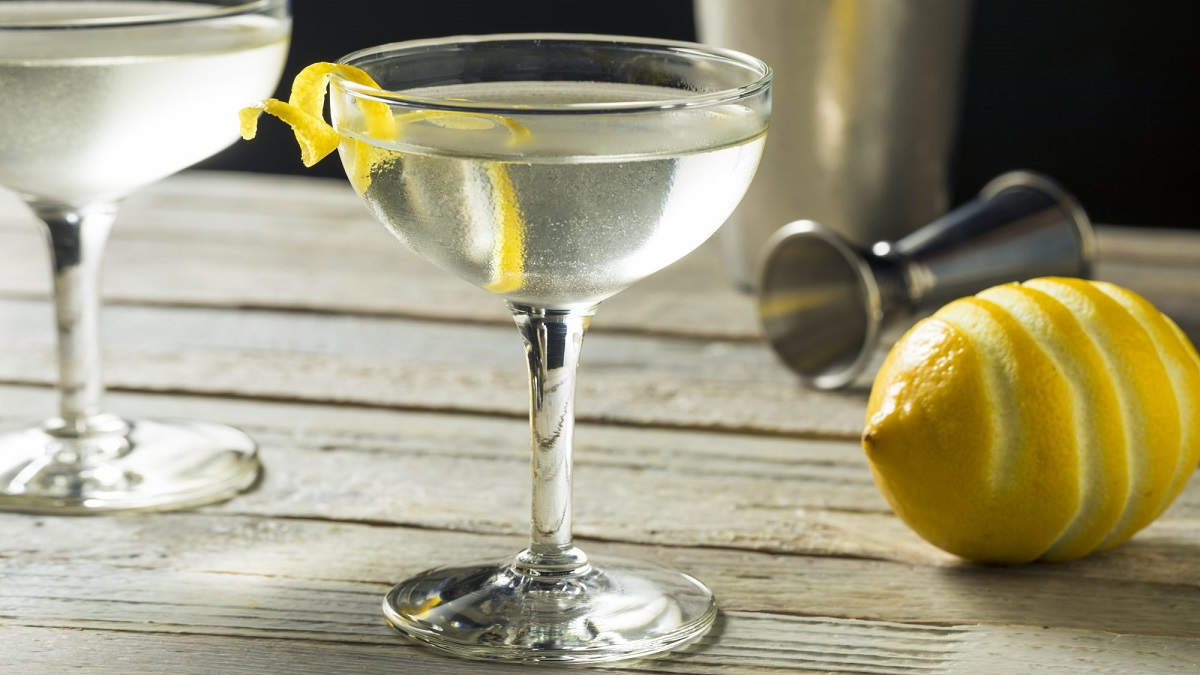 pahar de Vesper Martini cu o coaja de lamaie, unul dintre cocktailuri pe care le bea James Bond