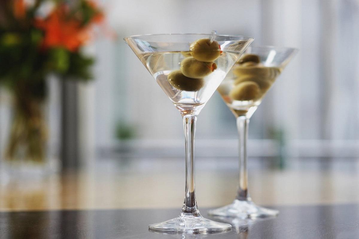 două pahare vu vodka martini cu masilne, unul dintre cocktailuri pe care le bea James Bond